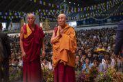 Поднявшись на сцену зала «Сконто», Его Святейшество Далай-лама молится у изображения Будды. Рига, Латвия. 17 июня 2018 г. Фото: Тензин Чойджор.