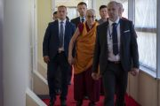 После обеда в зале «Сконто» Его Святейшество Далай-лама направляется на встречу с членами тибетского сообщества. Рига, Латвия. 17 июня 2018 г. Фото: Тензин Чойджор.