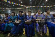 Верующие в национальных костюмах слушают учения Его Святейшества Далай-ламы в зале «Сконто». Рига, Латвия. 17 июня 2018 г. Фото: Тензин Чойджор.