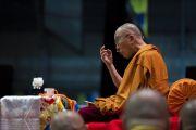 Его Святейшество Далай-лама разъясняет суть текстов во время второго дня учений для стран Балтии и России. Рига, Латвия. 17 июня 2018 г. Фото: Тензин Чойджор.