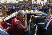 Перед тем как отправиться в зал «Сконто», Его Святейшество Далай-лама приветствует верующих, собравшихся у отеля. Рига, Латвия. 17 июня 2018 г. Фото: Тензин Чойджор.