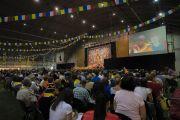 Верующие смотрят трансляцию учений Его Святейшества Далай-ламы на больших экранах в зале «Сконто». Рига, Латвия. 17 июня 2018 г. Фото: Тензин Чойджор.