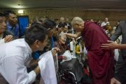 Его Святейшество Далай-лама утешает пожилую женщину во время встречи с тибетцами из России, Польши, Швеции и Великобритании. Рига, Латвия. 17 июня 2018 г. Фото: Тензин Чойджор.