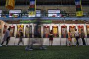 Верующие рассматривают выставки тибетских тханок в зале «Сконто», месте проведения учений Его Святейшества Далай-ламы для стран Балтии и России. Рига, Латвия. 17 июня 2018 г. Фото: Тензин Чойджор.