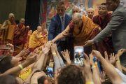 По завершении второго дня трехдневных учений для стран Балтии и России Его Святейшество Далай-лама пожимает руки верующим. Рига, Латвия. 17 июня 2018 г. Фото: Тензин Чойджор.