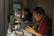 Переводчик с монгольского языка, одного из пяти языков перевода, работает во время второго дня учений Его Святейшества Далай-ламы для стран Балтии и России. Рига, Латвия. 17 июня 2018 г. Фото: Тензин Чойджор.