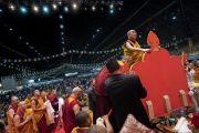 Его Святейшество Далай-лама выражает почтение у изображения Будды перед тем, как занять свое место на троне. Рига, Латвия. 18 июня 2018 г. Фото: Тензин Чойджор.