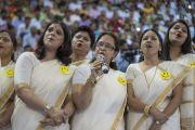 В начале церемонии запуска учебной программы «Счастье» для школ Дели учителя исполняют песню в знак благодарности Его Святейшеству Далай-ламе. Нью-Дели, Индия. 2 июля 2018 г. Фото: Тензин Чойджор.