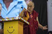 Его Святейшество Далай-лама делает шутливый жест, выступая с обращением во время церемонии запуска учебной программы «Счастье» для школ Дели. Нью-Дели, Индия. Фото: Тензин Чойджор.