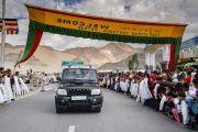 Верующие выстроились вдоль дороги, чтобы поприветствовать Его Святейшество Далай-ламу, направляющегося из аэропорта в свою резиденцию. Ле, Ладак, штат Джамму и Кашмир, Индия. 3 июля 2018 г. Фото: Тензин Чойджор.
