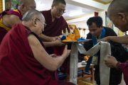 Один из членов правления местного тибетского поселения совершает традиционное подношение Его Святейшеству Далай-ламе во время приветствия в его резиденции. Ле, Ладак, штат Джамму и Кашмир, Индия. 3 июля 2018 г. Фото: Тензин Чойджор.
