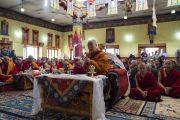 Во время паломничества в храм Джокханг Его Святейшество Далай-лама читает строфы принятия прибежища в Будде. Ле, Ладак, штат Джамму и Кашмир, Индия. 4 июля 2018 г. Фото: Тензин Чойджор.