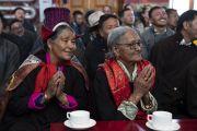 Верующие в традиционных одеяниях слушают наставления Его Святейшества Далай-ламы в храме Джокханг. Ле, Ладак, штат Джамму и Кашмир, Индия. 4 июля 2018 г. Фото: Тензин Чойджор.