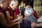 Покидая храм Джокханг по завершении паломничества, Его Святейшество Далай-лама утешает пожилую женщину. Ле, Ладак, штат Джамму и Кашмир, Индия. 4 июля 2018 г. Фото: Тензин Чойджор.