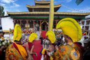 Монахи, играющие на ритуальных инструментах, провожают Его Святейшество Далай-ламу к храму Джокханг. Ле, Ладак, штат Джамму и Кашмир, Индия. 4 июля 2018 г. Фото: Тензин Чойджор.