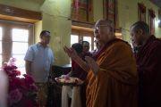 Его Святейшество Далай-лама молится у статуи Гуру Падмасамбхавы в храме Джокханг. Ле, Ладак, штат Джамму и Кашмир, Индия. 4 июля 2018 г. Фото: Тензин Чойджор.