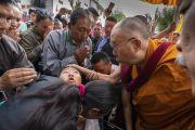 По прибытии в храм Джокханг Его Святейшество Далай-лама утешает молодую женщину. Ле, Ладак, штат Джамму и Кашмир, Индия. 4 июля 2018 г. Фото: Тензин Чойджор.
