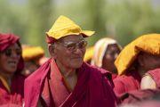 Монахи смотрят выступления артистов во время торжеств, организованных по случаю 83-летия Его Святейшества Далай-ламы. Ле, Ладак, штат Джамму и Кашмир, Индия. 6 июля 2018 г. Фото: Тензин Чойджор.
