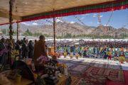 Его Святейшество Далай-лама возносит молитвы вместе с верующими во время торжеств, организованных по случаю его 83-летия. Ле, Ладак, штат Джамму и Кашмир, Индия. 6 июля 2018 г. Фото: Тензин Чойджор.