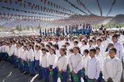 Школьники и студенты во время государственного гимна Индии, звучащего в начале торжеств по случаю 83-летия Его Святейшества Далай-ламы. Ле, Ладак, штат Джамму и Кашмир, Индия. 6 июля 2018 г. Фото: Тензин Чойджор.