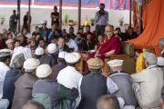 Его Святейшество Далай-лама беседует с представителями мусульманских общин Туртука, Богданга и Нубры. Дискит, Ладак, штат Джамму и Кашмир, Индия. 13 июля 2018 г. Фото: Тензин Чойджор.