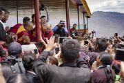 Его Святейшество Далай-лама пожимает руки верующим, перед тем как покинуть площадку учений Дискит Пходранга. Дискит, Ладак, штат Джамму и Кашмир, Индия. 13 июля 2018 г. Фото: Тензин Чойджор.