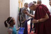 Его Святейшество Далай-лама тепло приветствует маленьких девочек, встречающих его по прибытии в новую мечеть Дискит Джама Масджид. Дискит, Ладак, штат Джамму и Кашмир, Индия. 13 июля 2018 г. Фото: Тензин Чойджор.