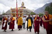 Его Святейшество Далай-лама направляется из своей резиденции на площадку для проведения учений Дискит Пходранга. Дискит, Ладак, штат Джамму и Кашмир, Индия. 13 июля 2018 г. Фото: Тензин Чойджор.