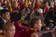 Верующие во время вступительных молитв перед началом учений Его Святейшества Далай-ламы в Дискит Пходранге. Дискит, Ладак, штат Джамму и Кашмир, Индия. 13 июля 2018 г. Фото: Тензин Чойджор.