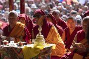 Мастер ритуального пения во время молебна перед началом учений Его Святейшества Далай-ламы в Дискит Пходранге. Дискит, Ладак, штат Джамму и Кашмир, Индия. 13 июля 2018 г. Фото: Тензин Чойджор.