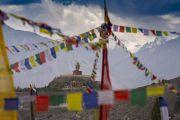 Вид на статую Будды Майтреи, возвышающуюся над монастырем Дискит, во время учений Его Святейшества Далай-ламы. Дискит, Ладак, штат Джамму и Кашмир, Индия. 13 июля 2018 г. Фото: Тензин Чойджор.