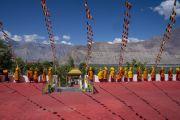 Вид на горы, окружающие Нубрскую долину, со двора монастыря Самстанлинг, где собрались монахи, чтобы поприветствовать Его Святейшество Далай-ламу. Сумур, Нубрская долина, Ладак, штат Джамму и Кашмир, Индия. 14 июля 2018 г. Фото: Тензин Чойджор.