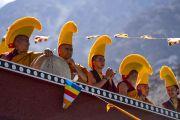 Подготовив традиционные ритуальные инструменты, монахи ожидают прибытия Его Святейшества Далай-ламы в монастырь Самстанлинг. Сумур, Нубрская долина, Ладак, штат Джамму и Кашмир, Индия. 14 июля 2018 г. Фото: Тензин Чойджор.