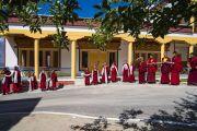 Юные монахи с традиционными шарфами-хадаками в руках ожидают прибытия Его Святейшества Далай-ламы в монастырь Самстанлинг. Сумур, Нубрская долина, Ладак, штат Джамму и Кашмир, Индия. 14 июля 2018 г. Фото: Тензин Чойджор.