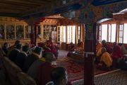 Его Святейшество Далай-лама обращается к Ганден Трисуру Ризонгу Ринпоче, старшим монахам и почетным гостям во время церемонии приветствия в монастыре Самстанлинг. Сумур, Нубрская долина, Ладак, штат Джамму и Кашмир, Индия. 14 июля 2018 г. Фото: Тензин Чойджор.
