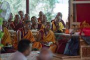 Старшие монахи, сидящие на сцене, слушают учения Его Святейшества Далай-ламы в монастыре Самстанлинг. Сумур, Нубрская долина, Ладак, штат Джамму и Кашмир, Индия. 16 июля 2018 г. Фото: Тензин Чойджор.