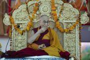 Его Святейшество Далай-лама наслаждается местной выпечкой во время чаепития перед началом учений в монастыре Самстанлинг. Сумур, Нубрская долина, Ладак, штат Джамму и Кашмир, Индия. 16 июля 2018 г. Фото: Тензин Чойджор.