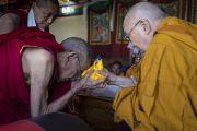 Ранним утром во время встречи в монастыре Самстанлинг Его Святейшество Далай-лама преподносит статуэтку Будды Гандену Трисуру Ризонгу Ринпоче. Сумур, Нубрская долина, Ладак, штат Джамму и Кашмир, Индия. 16 июля 2018 г. Фото: Тензин Чойджор.