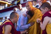 Во время встречи у монастыря Самстанлинг Его Святейшество Далай-лама обнимает мужчину, который помогает ему в качестве водителя во время визитов в Нубрскую долину. Сумур, Нубрская долина, Ладак, штат Джамму и Кашмир, Индия. 16 июля 2018 г. Фото: Тензин Чойджор.