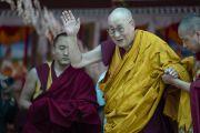 Его Святейшество Далай-лама машет рукой верующим по завершении учений, на которые собралось более 8000 человек. Сумур, Нубрская долина, Ладак, штат Джамму и Кашмир, Индия. 16 июля 2018 г. Фото: Тензин Чойджор.
