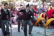 Группа студентов проводит показательный философский диспут, в то время как Его Святейшество Далай-лама прибывает на площадку для проведения учений монастыря Самстанлинг. Сумур, Нубрская долина, Ладак, штат Джамму и Кашмир, Индия. 16 июля 2018 г. Фото: Тензин Чойджор.