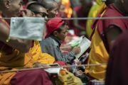 Маленький мальчик следит за текстом во время учений Его Святейшества Далай-ламы в монастыре Самстанлинг. Сумур, Нубрская долина, Ладак, штат Джамму и Кашмир, Индия. 16 июля 2018 г. Фото: Тензин Чойджор.