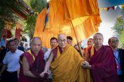 Его Святейшество Далай-лама направляется на площадку для проведения учений монастыря Самстанлинг. Сумур, Нубрская долина, Ладак, штат Джамму и Кашмир, Индия. 16 июля 2018 г. Фото: Тензин Чойджор.