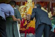 В то время как церемония подношения молебна о долгой жизни близится к завершению, Его Святейшество Далай-лама благодарит организаторов своего визита в монастырь Самстанлинг. Сумур, Ладак, штат Джамму и Кашмир, Индия. 17 июля 2018 г. Фото: Тензин Чойджор.