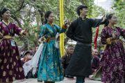 По завершении церемонии подношения молебна о долгой жизни Его Святейшества Далай-ламы, местная молодежь танцует под современную тибетскую песню. Сумур, Ладак, штат Джамму и Кашмир, Индия. 17 июля 2018 г. Фото: Тензин Чойджор.