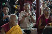 Верующие совершают традиционное подношение мандалы во время посвящения долгой жизни, даруемого Его Святейшеством Далай-ламой в монастыре Самстанлинг. Сумур, Ладак, штат Джамму и Кашмир, Индия. 17 июля 2018 г. Фото: Тензин Чойджор.