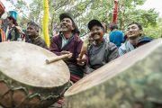 Ладакские барабанщики аккомпанируют артистам, выступающим во время подношения Его Святейшеству Далай-ламе молебна о долгой жизни. Сумур, Ладак, штат Джамму и Кашмир, Индия. 17 июля 2018 г. Фото: Тензин Чойджор.