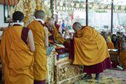 Монахи помогают Его Святейшеству Далай-ламе выполнять религиозные церемонии во время посвящения долгой жизни в монастыре Самстанлинг. Сумур, Ладак, штат Джамму и Кашмир, Индия. 17 июля 2018 г. Фото: Тензин Чойджор.