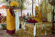 Один из старших монахов совершает традиционное подношение во время молебна о долгой жизни Его Святейшества Далай-ламы, организованного в монастыре Самстанлинг. Сумур, Ладак, штат Джамму и Кашмир, Индия. 17 июля 2018 г. Фото: Тензин Чойджор.