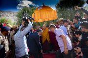 В начале заключительного дня визита в Нубрскую долину Его Святейшество Далай-лама направляется из своей резиденции на площадку для проведения учений монастыря Самстанлинг. Сумур, Ладак, штат Джамму и Кашмир, Индия. 17 июля 2018 г. Фото: Тензин Чойджор.